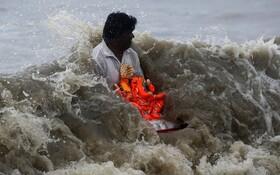 (تصاویر) مراسم مذهبی در هند در ساحل بمبئی جشن تولد گانش مظهر خردمندی خوشبختی