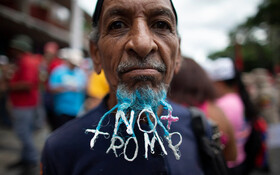 (تصاویر) مردی در ونزوئلا و از طرفداران نیکلاس مادورو در جریان تظاهراتی در کاراکاس علیه آمریکا با رنگ آمیزی با ریشش نوشته نه به ترامپ