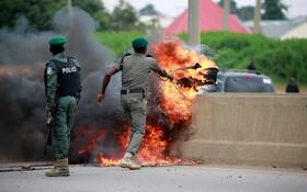 (تصاویر) جمع آوری لاستیک های آتش زده شده در جاده فرودگاه آبیجا در نیجریه