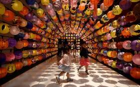 (تصاویر) کودکان در نمایشگاه فانوس های کاغذی به مناسبت آغاز پاییز در مجموعه فروشگاهی در کوالالامپور