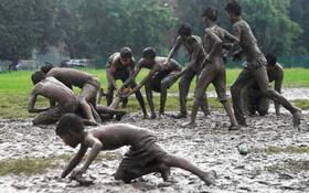 (تصاویر) بازی کبادی یا زو در کلکته هند روی زمین گل الود