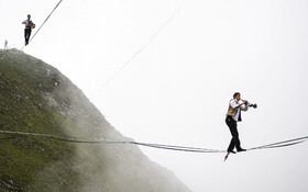 (تصاویر) جشنواره راه رفتن روی طناب در ارتفاع دوهزار متری در سوئیس