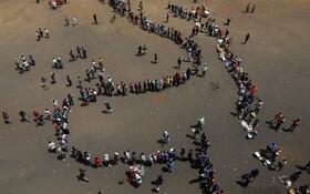 (تصاویر) صف عزاداران در زیمبابوه برای ورود به ورزشگاه رافرو در حراره که جسد رابرت موگابه قرار گرفته است