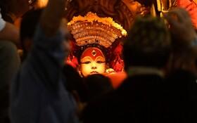 (تصاویر) کودکی که برای مراسم مذهبی در نپال به شکل خاصی آرایش شده است و شبیه به یک خدای مذهب هندو آرایش می شود