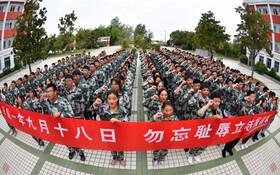 (تصاویر) گروهی از دانشجویان در جینگسو در چین به مناسبت هشتاوهشتمین سالگرد پیروزی بر اشغالگران ژاپنی و کشته شدگان این روز مراسم یادبودی برگزار کرده اند