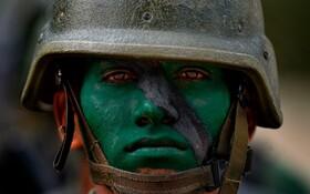(تصاویر) یکی از اعضای گارد ملی ونزوئلا در کارکاس در تمرین نظامی