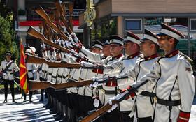 (تصاویر) نمایش گارد احترام مغدونیه در اسکوپیه در نمایشی نظامی