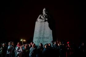 (تصاویر) مردم در مسکو در حال تماشای یک جشنواره در زیر سایه مجسمه کارل مارکس بنیانگذار نظریه کمونیستی در روسیه