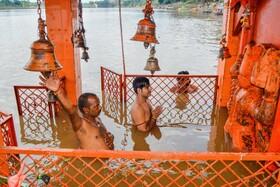 (تصاویر) نیایش روحانیون هندو در معبدی که سیل آن را فراگرفته است در جبلپور هند
