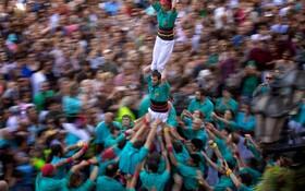 (تصاویر) جشن مذهبی سنت مارس در بارسلونا و تلاش یک گروه از شرکت کنندگان برای ساخت برج انسانی