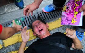 (تصاویر) کمک تظاهرکنندگان در هنگ کنگ علیه چین به مردی که تحت تاثیر گاز اشگ آور قرار گرفته است کمک می کنند