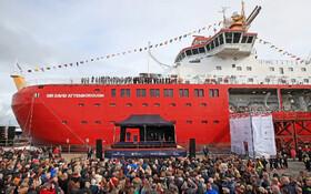 (تصاویر) مراسم نامگذاری یک کشتی در انگلیس به نام دیوید آتنبرو فعال محیط زیستی و مجری برنامه ای حیات وحش