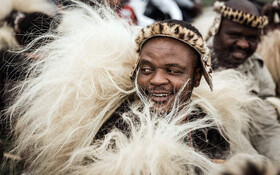 (تصاویر) مراسم یادبود شاه شاکا پادشاه زولو در دوربان آفریقای جنوبی که اعضای این قوم با لباس های خاص شرکت کرده اند