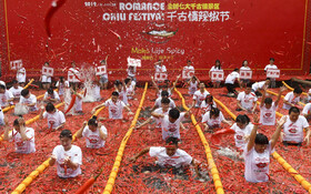 (تصاویر) مسابقه فلفل خوری در هانگزو چین که در یک استخر برپاشده بود و برنده طی آن بیست و هفت فلفل را در یک دقیق خورد