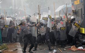 (تصاویر) نیروهای ضد شورش در جاکارتای اندونزی در مقابل پارلمان این کشور با دانشچویان مقابله می کنند