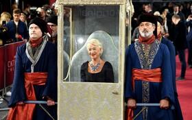 (تصاویر) هلن میرن هنرپیشه انگلیس در مراسم نمایش فیلم کاترین کبیر در لندن به شکل خاصی حاضر شد