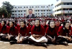 (تصاویر) استقبال از شی جی پنگ نخست وزیر چین در هند و دانش آموزانی که ماسک وی را زده اند