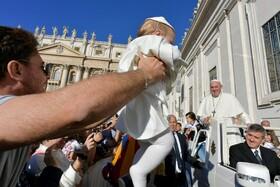 (تصاویر) پاپ در مراسم هفتگی دعا در واتیکان و کودکی که شبیه وی لباس پوشیده است