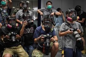 (تصاویر) خبرنگاران عکاس در هنگ کنگ در کنفرانس خبری مقامات پلیس با ماسک حاضر شده اند
