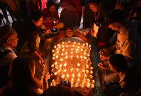 (تصاویر) یک هندو در دهمین روز از جشنواره داشاین در باکتاپور آیینی تحت پوشش 108 لامپ نفتی را اجرا می کند. Dashain طولانی ترین و فرخنده ترین جشنواره در تقویم نپال است و پیروزی خیر بر شر را جشن می گیرد