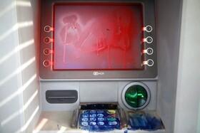 (تصاویر) رنگ کردن صفحه نمایش دستگاه خودپرداز بانک در بیروت لبنان توسط تظاهر کنندگان علیه دولت