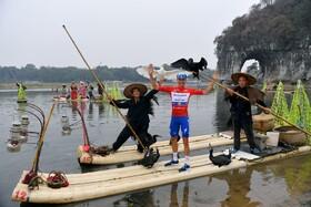 (تصاویر) یک شرکت کننده در مسابقات دوچرخه سواری چین در حال عکس برداری تبلیغاتی