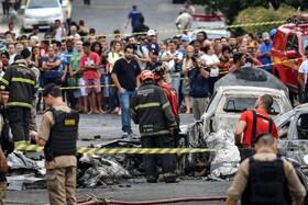 (تصاویر) نیروهای امدادی و پلیس در محل سقوط هواپیمای کوچکی در برزیل که سه گشته و سه زخمی برجای گذاشت