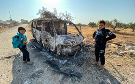 (تصاویر) کودکان سوری در کنار خودرو سوخته ای در محلی که حمله علیه ابوبکر البغدادی انجام شده در باریشا