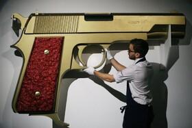 (تصاویر) نمونه ای از اسلحه جیمز باند در حراجی سوتبی در لندن که قطعات فیلم های مختلف را به حراج گذاشته است
