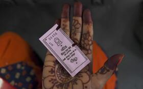 (تصاویر) بلیط صورتی برای سفر مجانی بانوان در دهلی هند که از طرف مقامات دولت محلی در این شهر وعده داده شده بود عملی شد