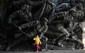 (تصاویر) سلفی کودکی در کنار مجسمه از در  موزه فضای باز برپاشده به یاد بود جنگ جهانی دوم در کیف اوکراین