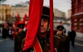 (تصاویر) مراسم یابدبود یکصدو دومین سالگرد انقلاب بلشویکی در مسکو با شرکت حامیان حزب کمونیست در میدان سرخ و نثار تاچ گل در مزار ولادیمیرایلیچ لنین