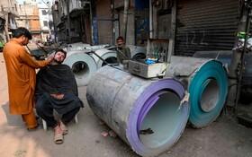 (تصاویر) سلمانی در بازار لاهور در جریان اعتصاب عمومی علیه سیاست های دولت