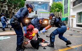 (تصاویر) تظاهرکنندگان مهاجر از ملت های مختلف در اعتراض در مقابل نمایندگی سازمان ملل گرد آمده اند و پلیس آفریقای جنوبی آنان را پراکنده می کند