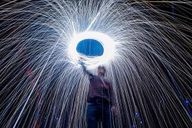 (تصاویر) بلیت صورتی در دهلی نو ، جشنواره بالن هوای گرم و ونسان ونگوگ ، یکصدومین سالگرد انقلاب بلشویکی و..... در عکس های خبری روز