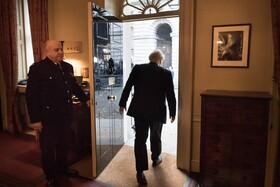 (تصاویر) بوریس جانسون نخست وزیر انگلیس که استعفا داده است ساختمان دفتر نخست وزیری انگلیس ار ترک می کند