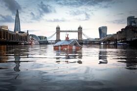 (تصاویر) تلاش حامیان محیط زیست برای هشدار در مورد گرمایش زمین با خانه ای شناور در رودخانه تیمز در انگلیس