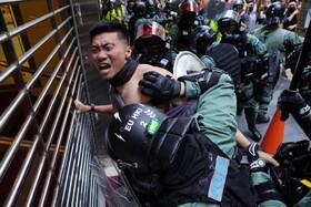 (تصاویر) در گیری پلیس ضد شورش با تظاهرکنندگان در هنگ کن