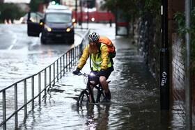 (تصاویر) دوچرخه سواری در خیابان های آب گرفته در شفیلد انگلیس