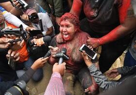 (تصاویر) شهردار شهر وینتو در بولیوی پس از حمله مخالفان با رنگ و  زمین زدنش و بریدن موهایش  در حال مصاحبه با رسانه هاست