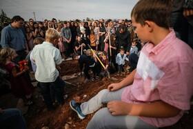 (تصاویر) مراسم دفن آمریکایی های کشته شده در حمله قاچاقچیان مواد مخدر به آنان که در میان آنان شش کودک بودند این افراد به فرقه مذهبی مسیحی موسوم به مورمون ها وابسته بودند