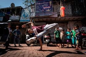 (تصاویر) نمایش خیابانی یک شرکت کننده در مسابقات جهانی برک دنس در بمبئی هند