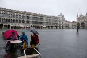 (تصاویر) سیل در ونیز ایتالیا در اثر بارندگی فصلی از رویداد های نادر است که ناشی از گرمایش زمین تشخیص داده شده و مقدمه به زیرآب رفتن کامل این شهر روی آب ایتالیایی است