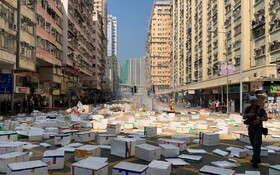 (تصاویر) تظاهرات در هنگ کنگ و پوشاندن سطح خیابان توسط تظاهرکنندگان با جعبه های سفید