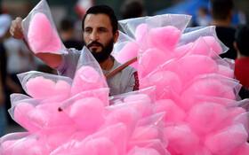 (تصاویر) دستفروشی در بیروت پشمک می فروشد