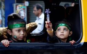 (تصاویر) کودکان مسلمان هندی عازم مراسم جشن میلاد پیامبر اسلام هستند