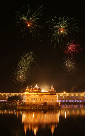 (تصاویر) مراسم مذهبی سیک ها در معبد طلایی مقدس ترین محل پیروان سیک در امریتسر هند به مناسبت تولد نخستین رهبر مذهبی سیک ها