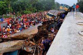 (تصاویر) محل حادثه اخیر قطار در داکا مرکز بنگلادش که در اثر برخورد دو قطار شانزده کشته برجای گذاشت