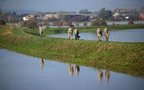 (تصاویر) نظامیان انگلیس در حال کمک به کاهش خسارت های سیل در این کشور