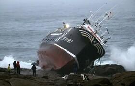 (تصاویر) واژگونی و به گل نشستن کشتی ماهیگیری در اسپپانیا موجب مرگ یک ملوان شد